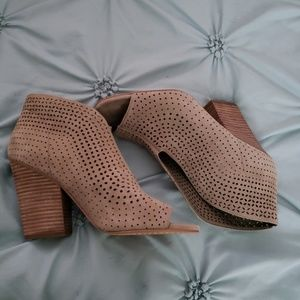 Vince Camuto Shoes - Vince Camuto Kainan open toe booties!